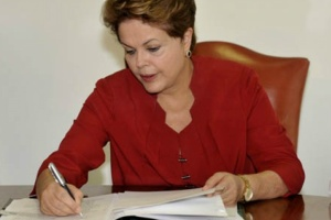 09 dilma signs the law