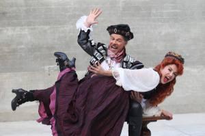 O ator José Mayer e a atriz Alessandra Verney com os figurinos da peça Kiss Me, Kate.